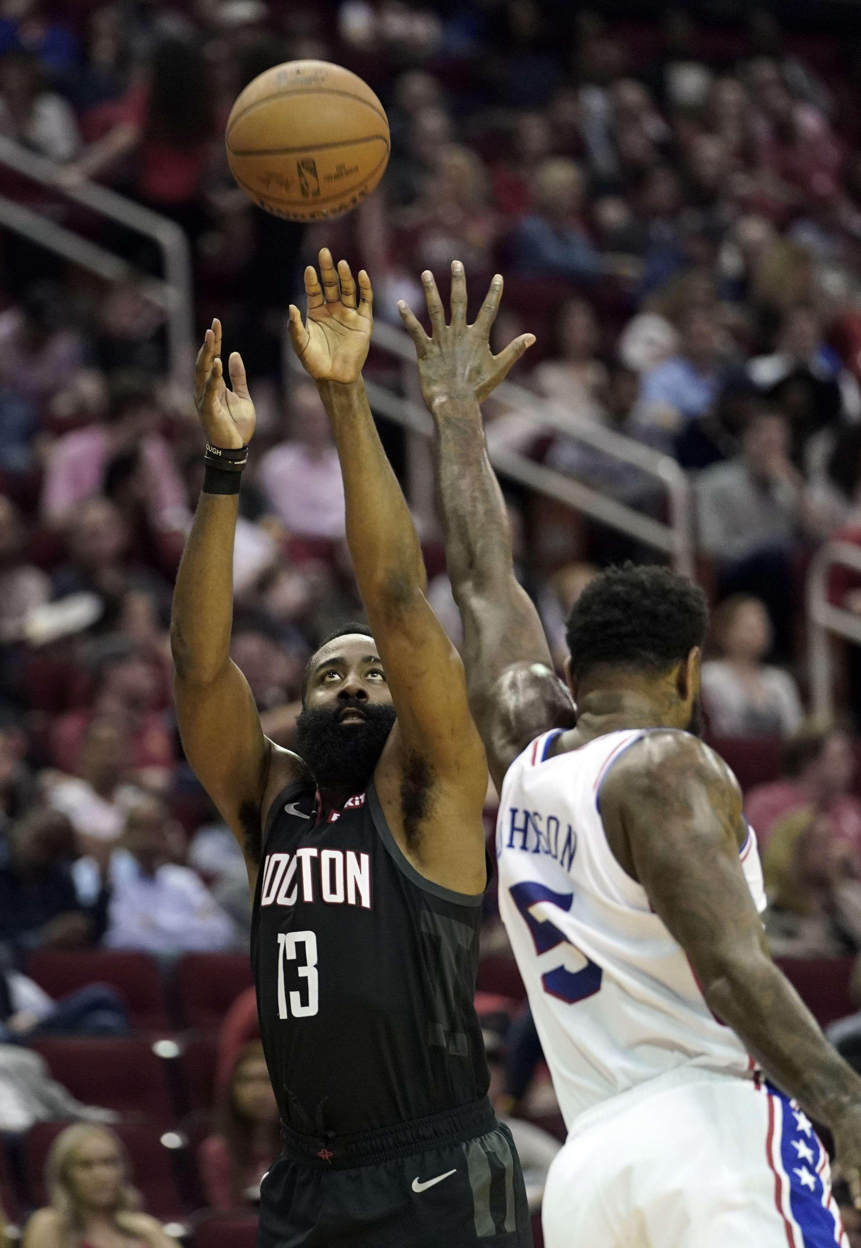 Los 31 puntos de Harden guían a Rockets sobre 76ers, 107-91