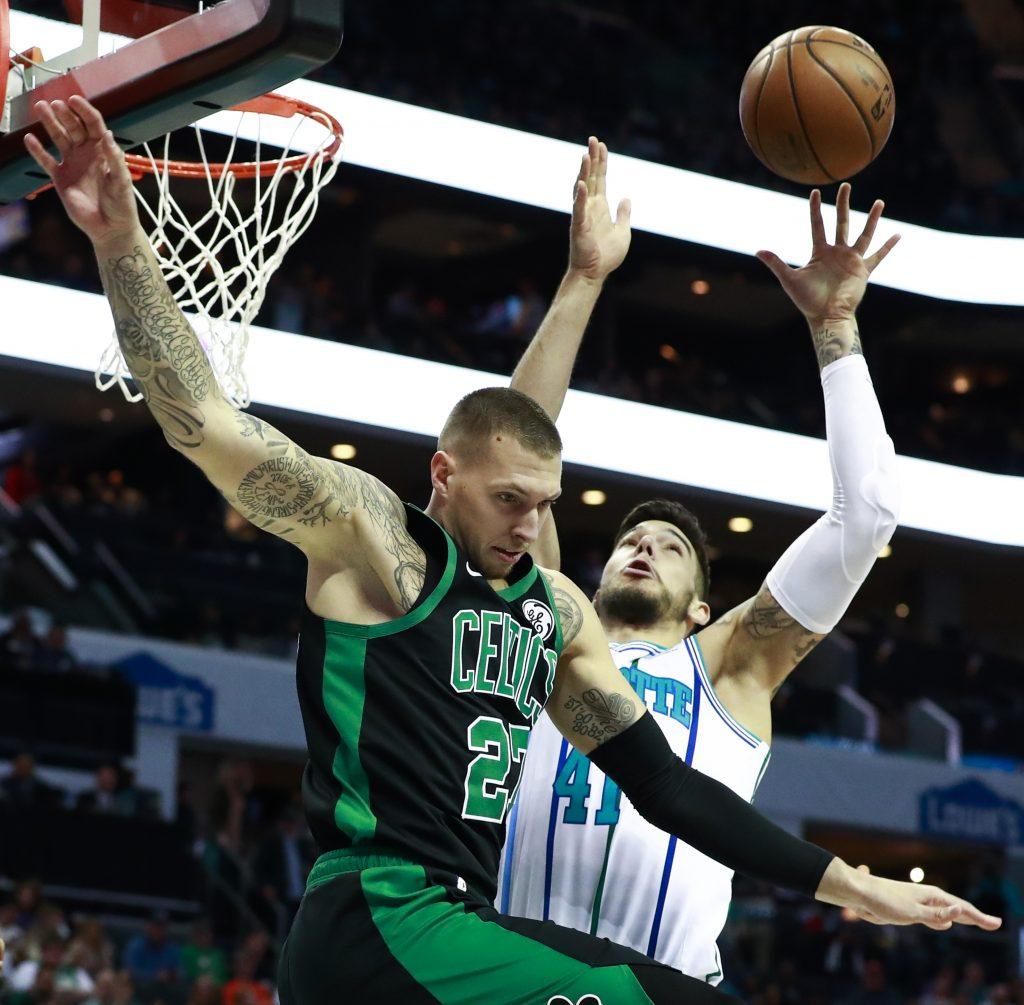 Con Walker a la ofensiva, Hornets ganan 124-117 a Celtics
