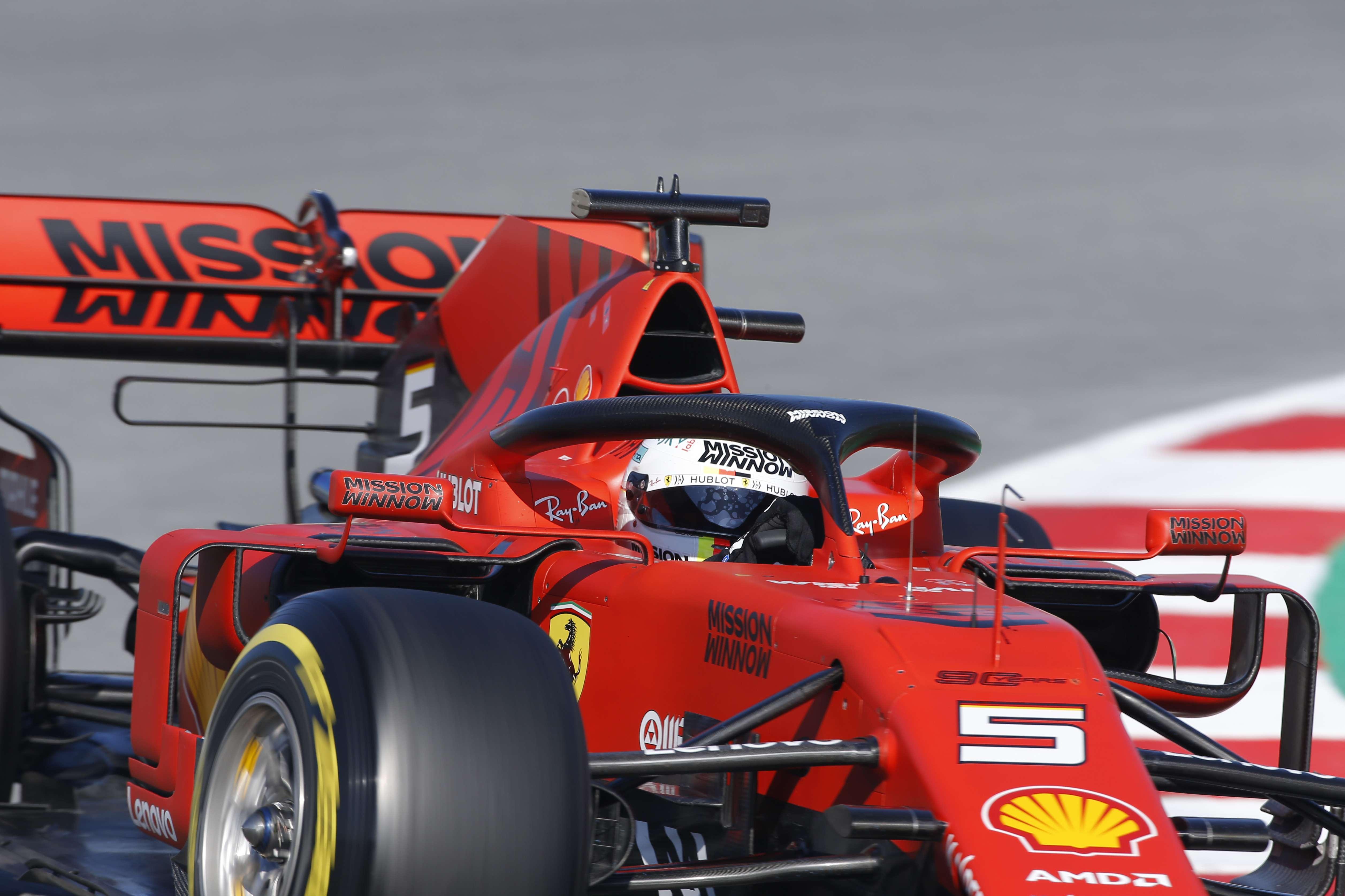 El piloto de Ferrari Sebastian Vettel al volante de su monoplaza en las  prácticas de pretemporadas 2a99adcc4d2