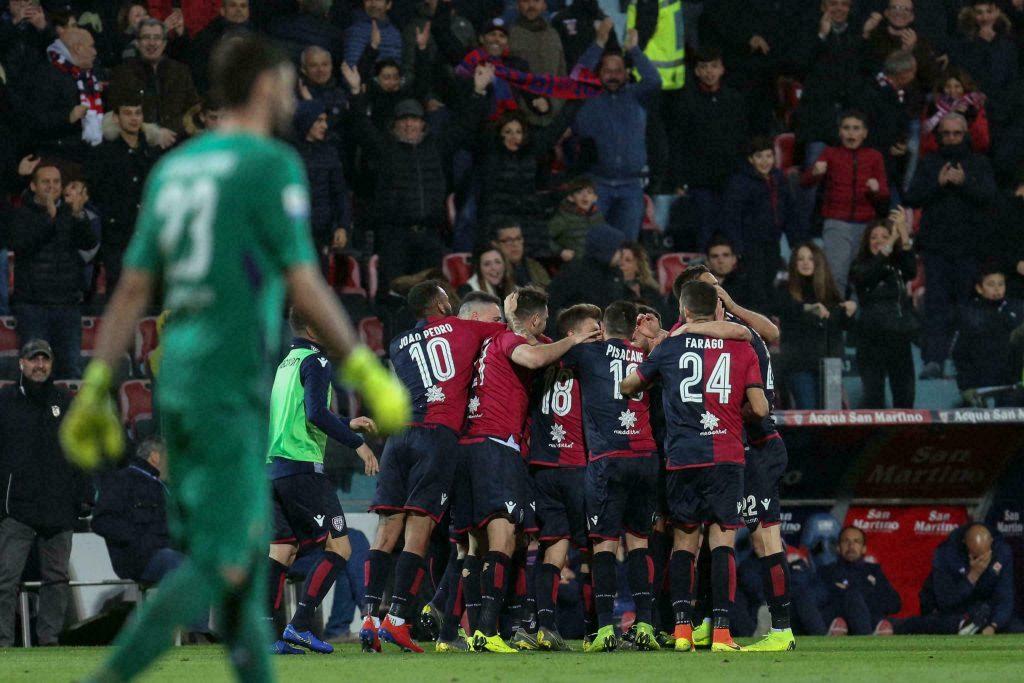 Cagliari derrota 2-1 a Fiorentina y se aleja del descenso