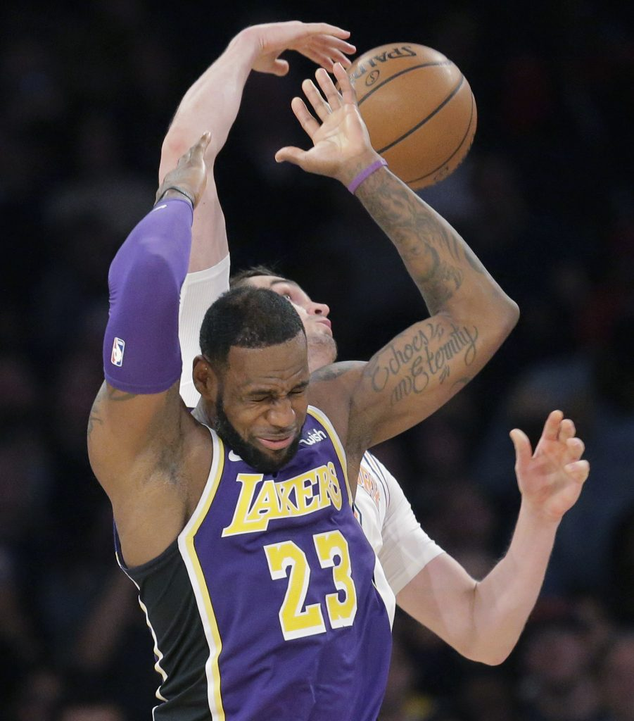 Knicks bloquean a LeBron y remontan para vencer a Lakers