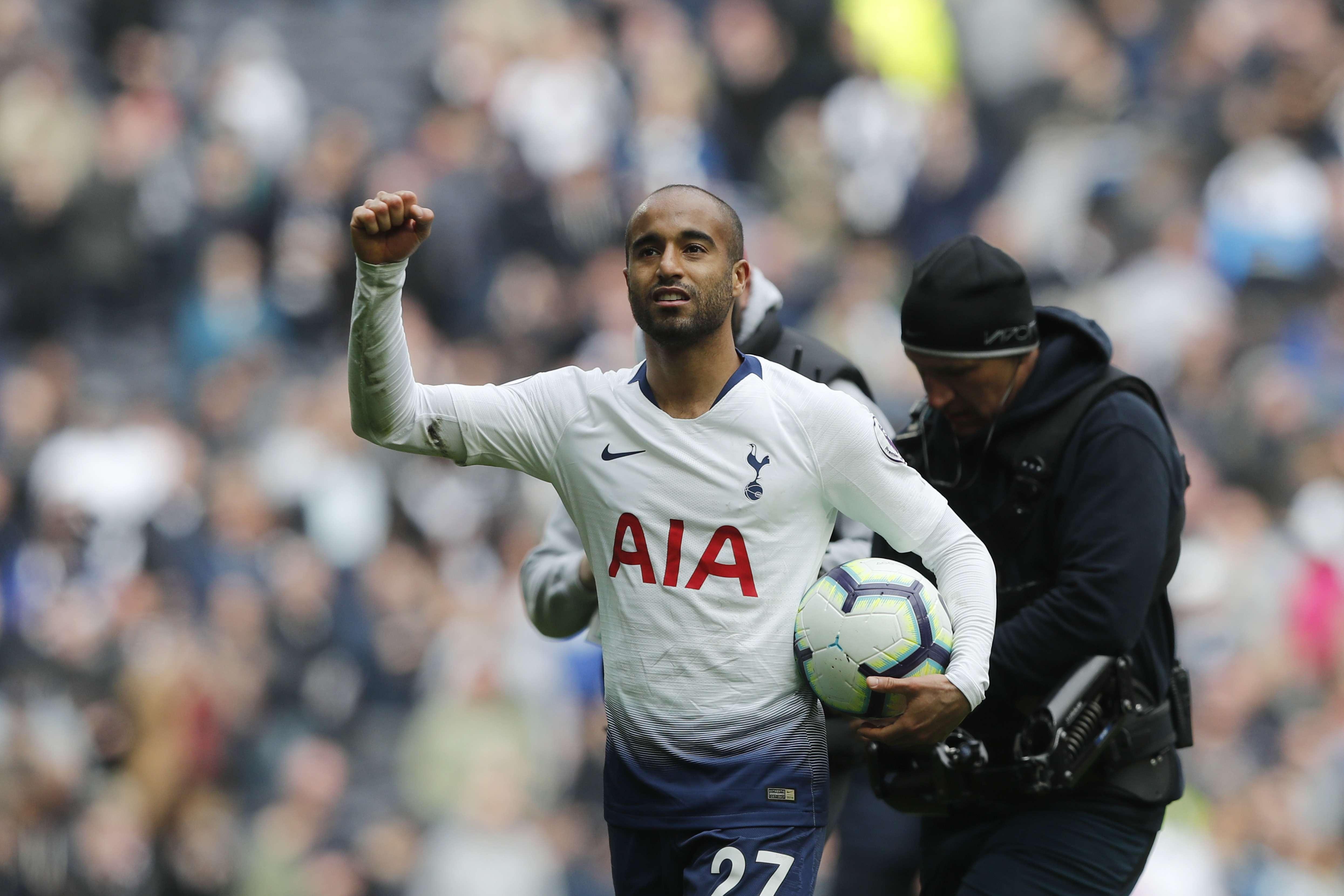 Tripleta de Moura deja a Tottenham tercero en la Premier