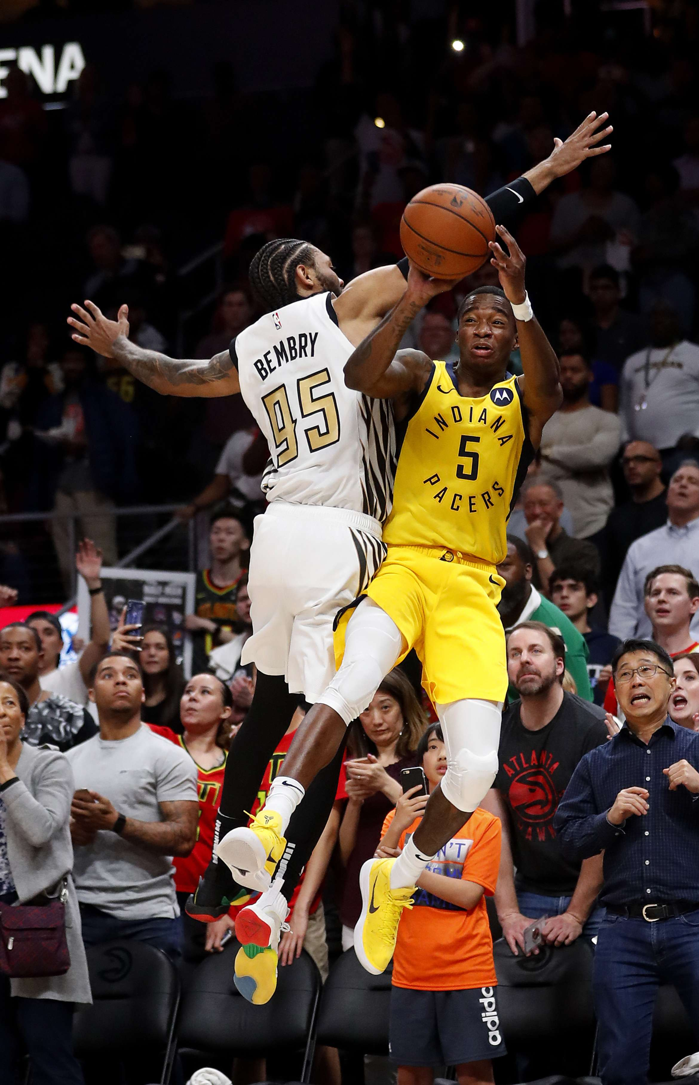 Sumner da a Pacers triunfo de último segundo sobre Hawks