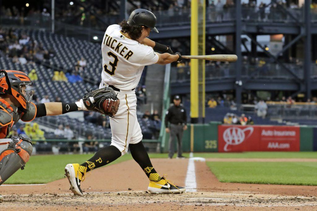 Tucker pega jonrón; Piratas vencen a Gigantes en 5 innings