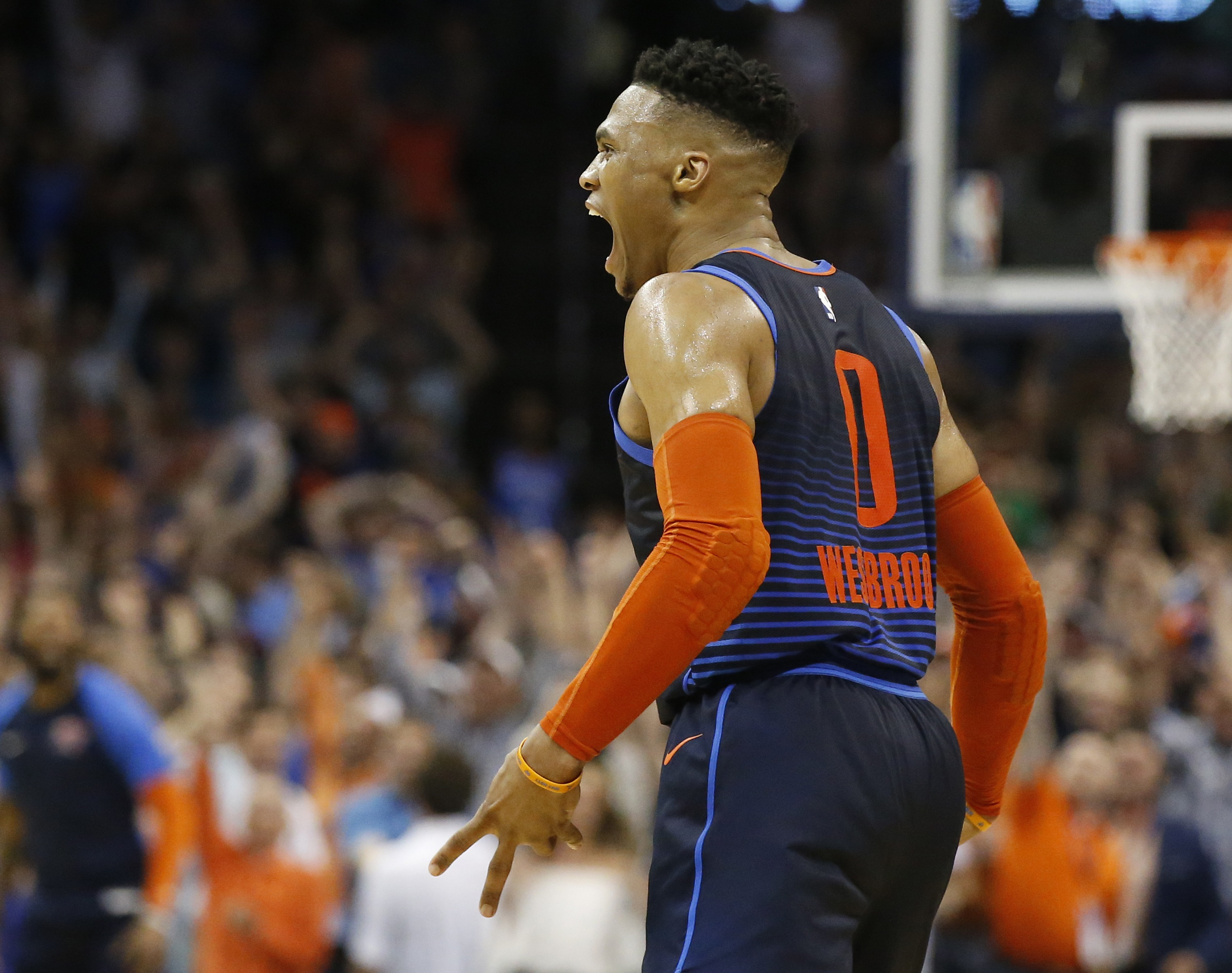 George logra triple clave; Thunder supera a Rockets