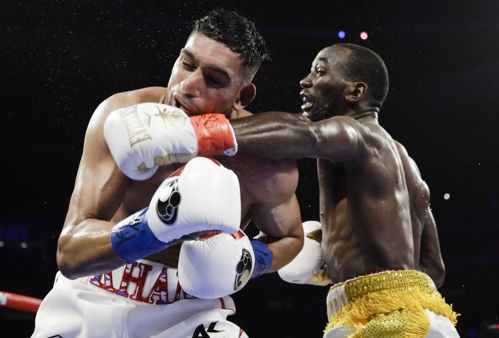 Crawford gana por KO técnico tras un golpe bajo a Khan