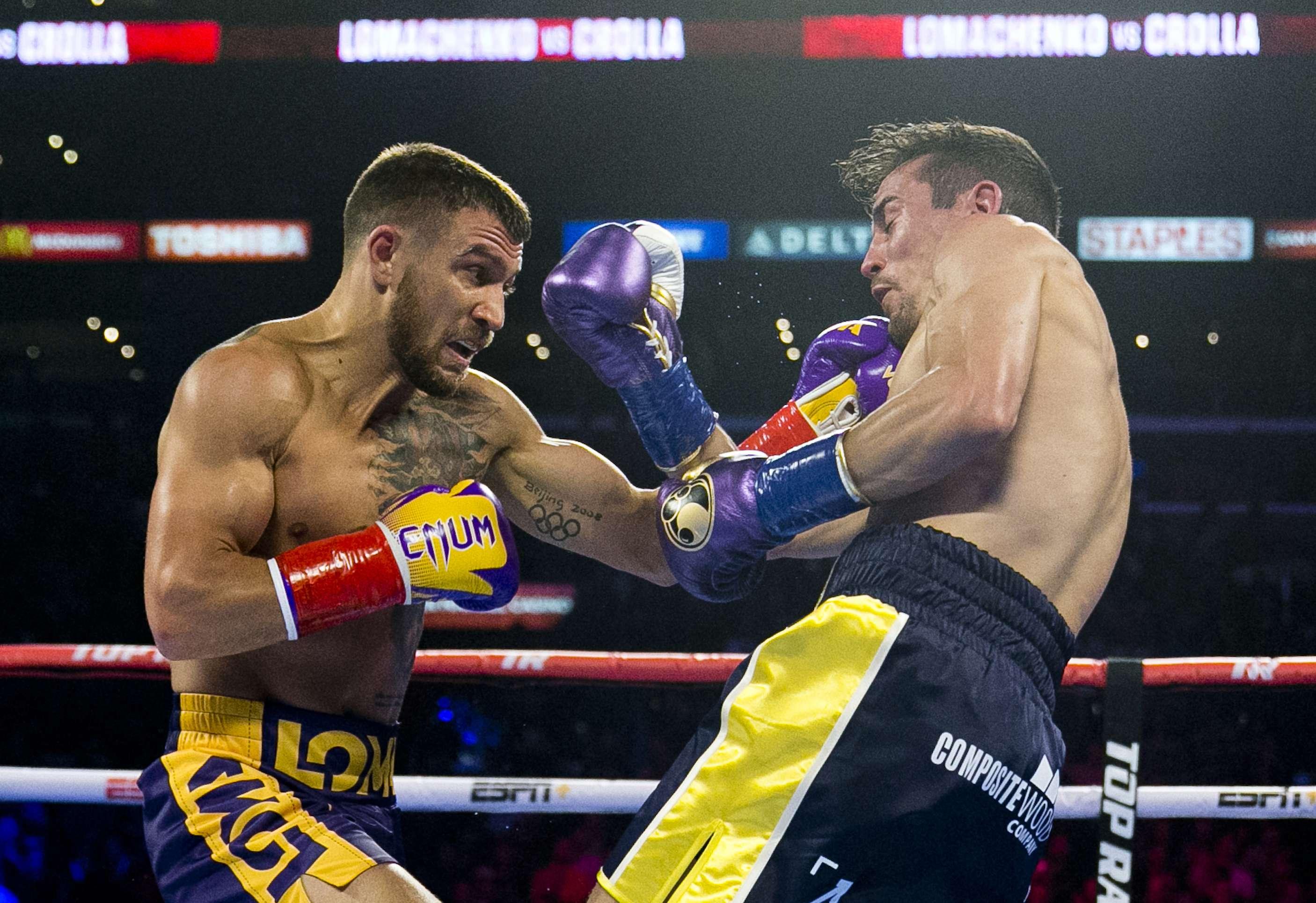 Lomachenko frena a Crolla en el 4to, retiene cinturones
