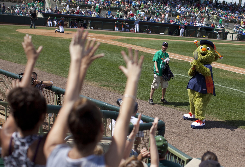 Mujer demanda a los Astros por incidente con su mascota