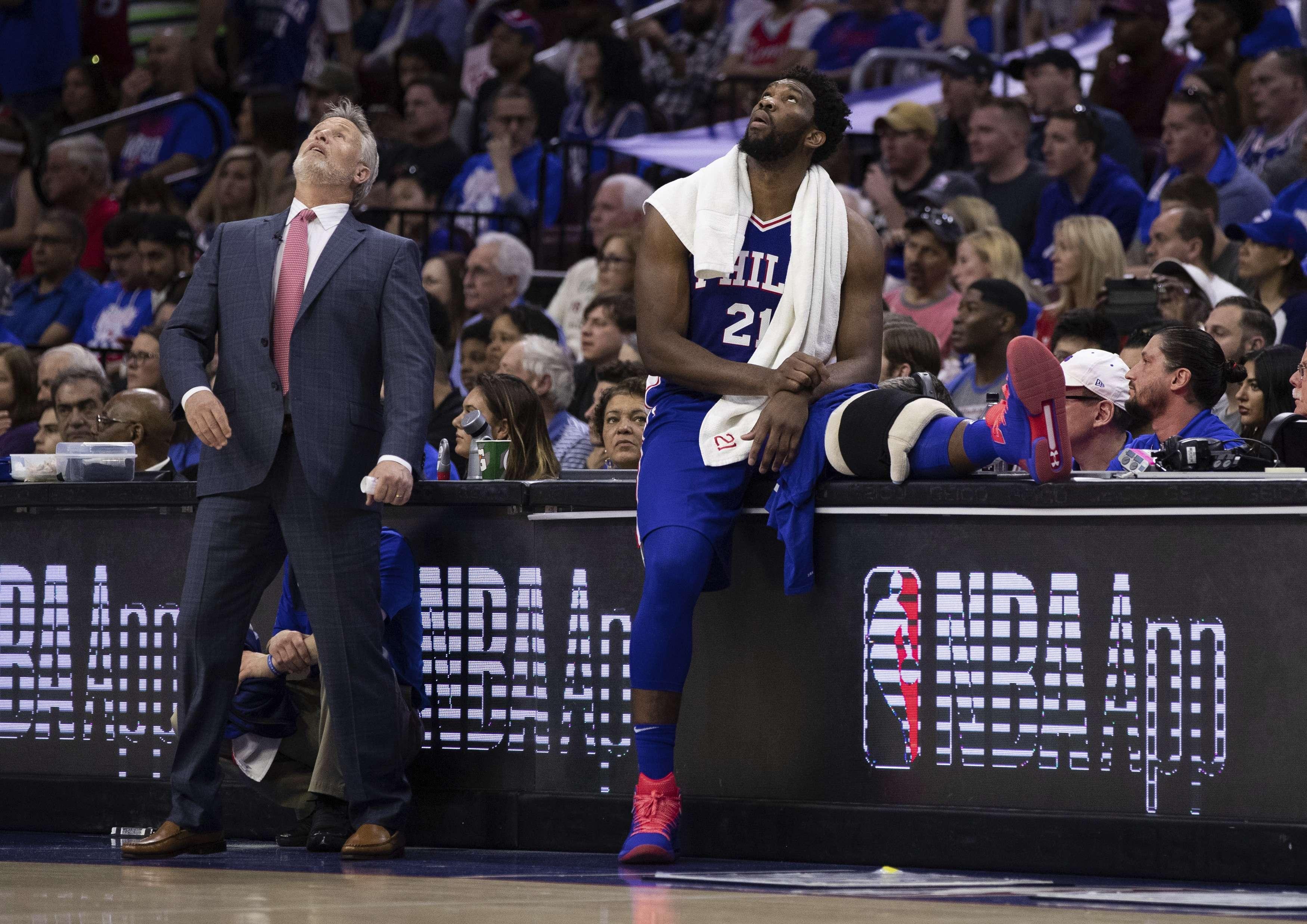 Polémica rodea a los 76ers por ver celular en pleno partido