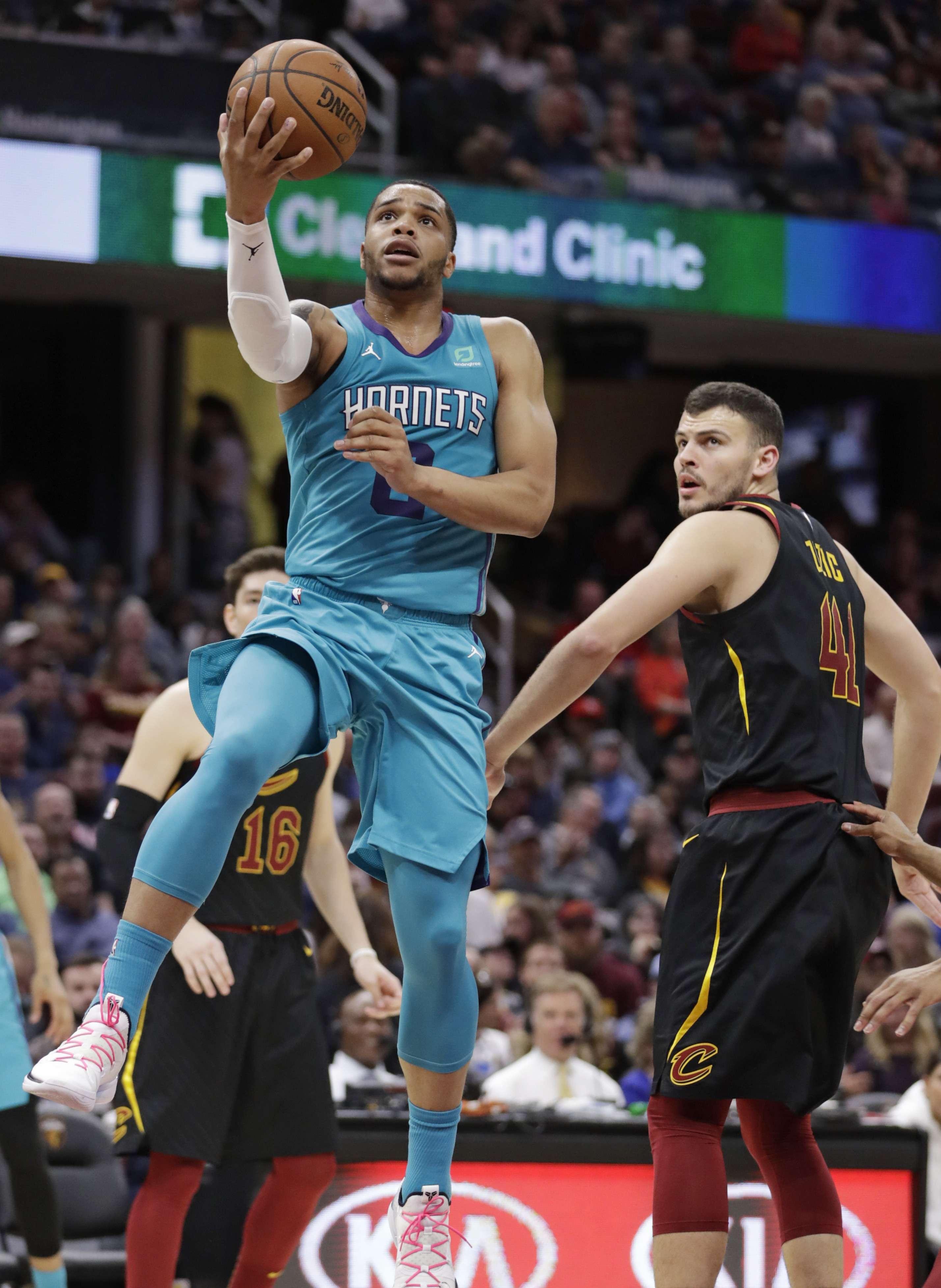Hornets mantienen pugna por playoffs al vencer a Cavaliers