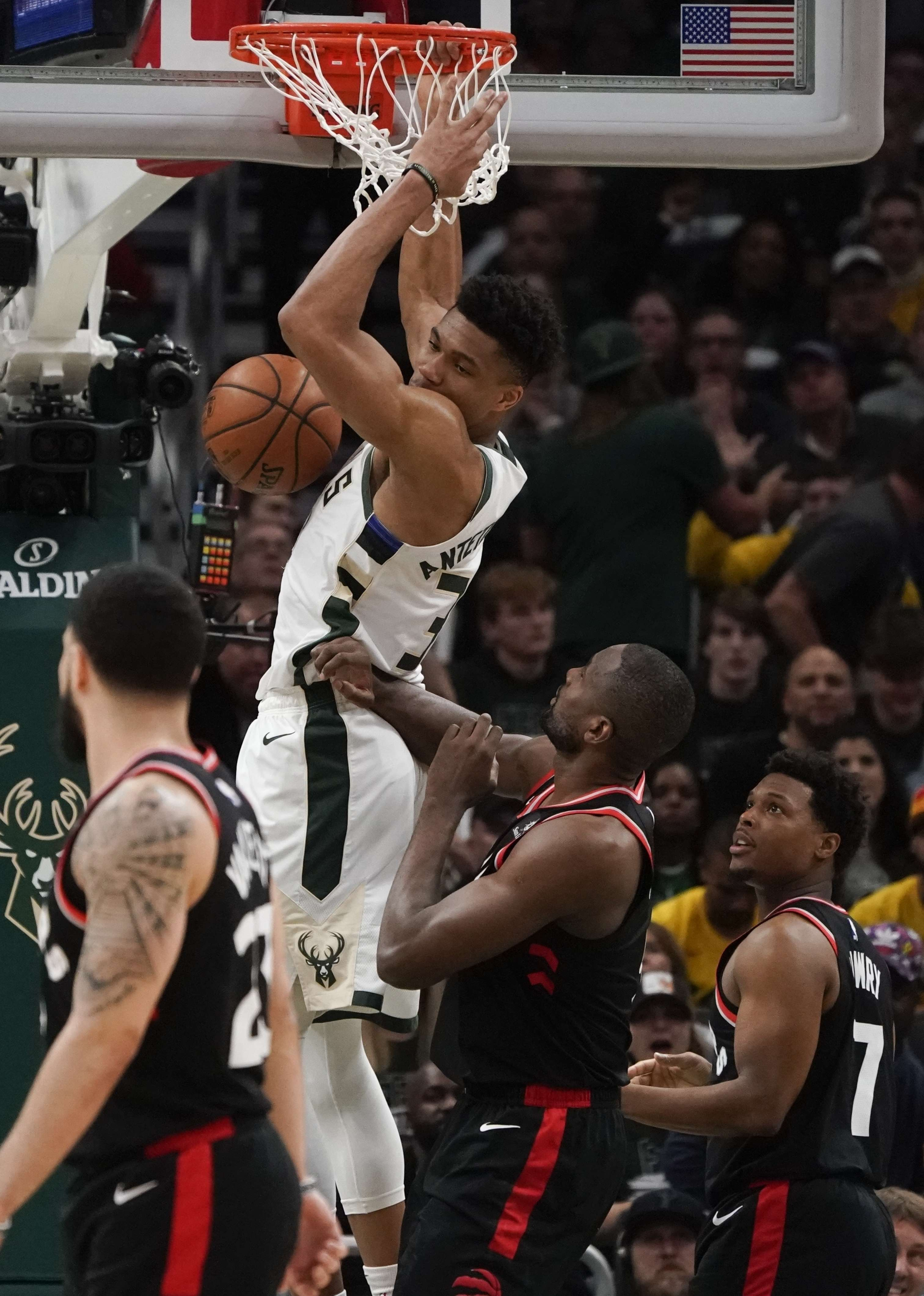 Bucks supera 125-103 a Raptors y lidera 2-0 final del Este