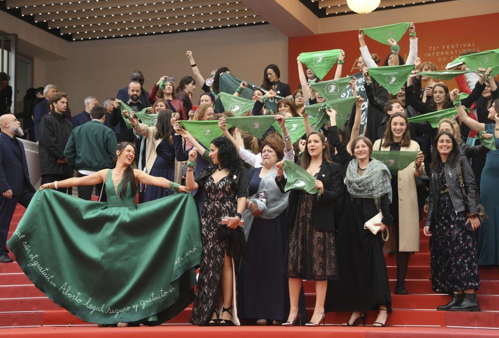 Protesta a favor de aborto en alfombra roja en Cannes