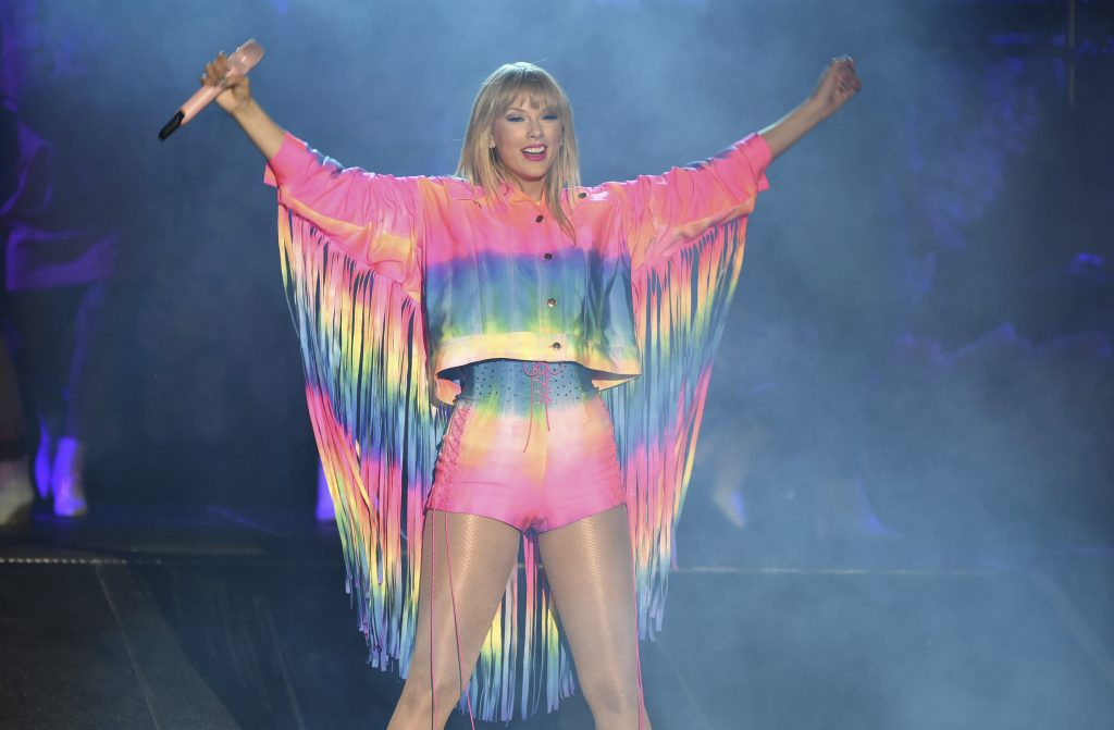Swift reta a homofóbicos en nueva canción, anuncia 7mo álbum