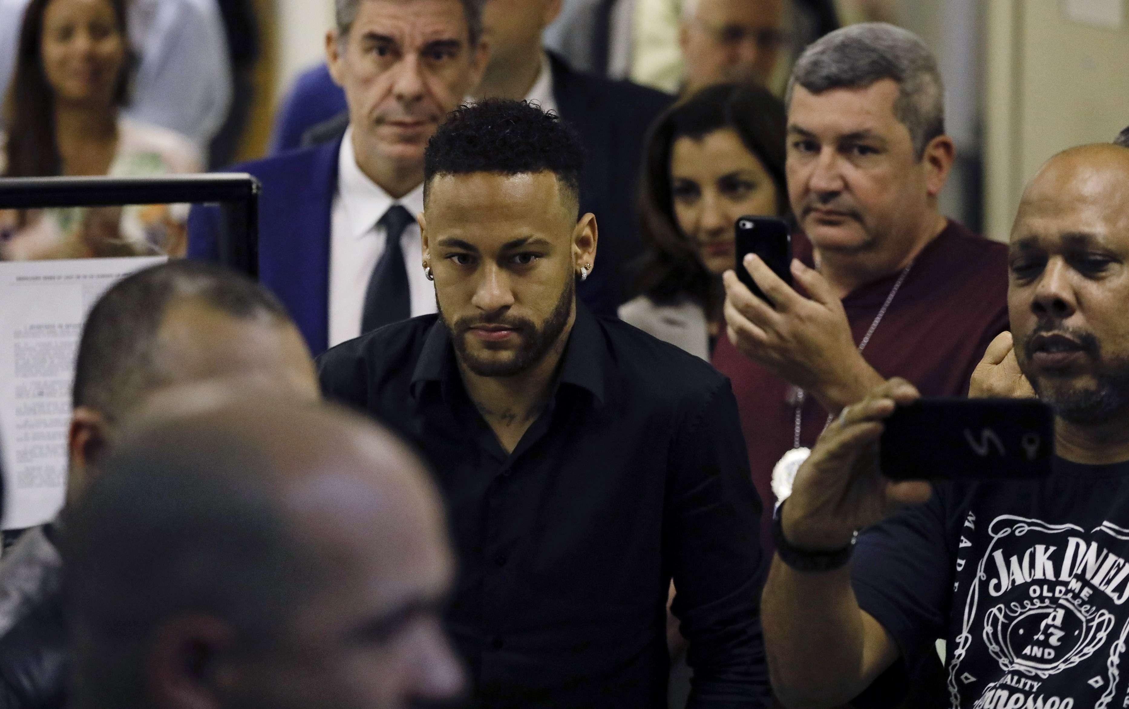 La modelo que acusa a Neymar de violación pierde 3er abogado