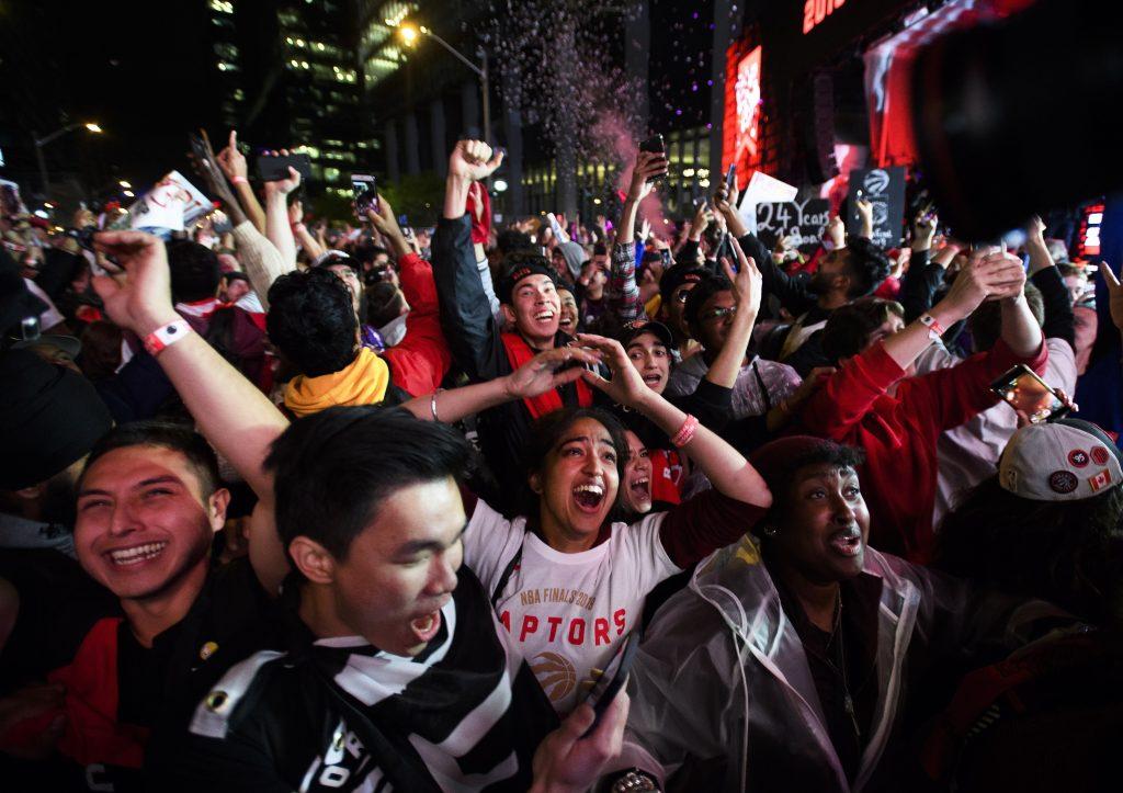 Canadá celebra que Raptors de Toronto se coronen en la NBA