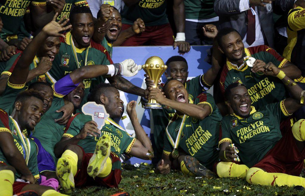 Camerún despide a Seedorf tras eliminación en Copa Africana