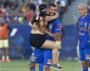 Espontánea invadió el campo para besar a Gignac en el América vs Tigres