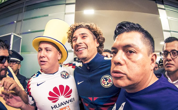 Así recibieron a Guillermo Ochoa en el Aeropuerto de la Ciudad de México