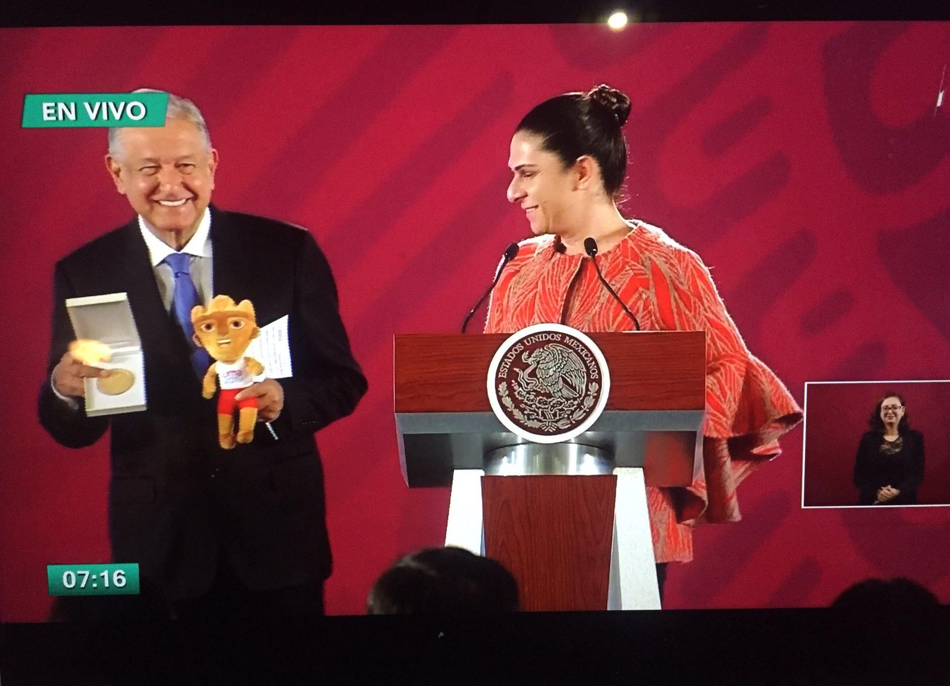 Ana Guevara entrega medalla de oro a AMLO por su apoyo a deportistas