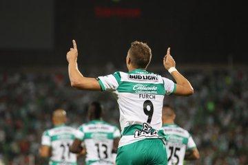 Santos vence a Rayados y mantiene el invicto en casa