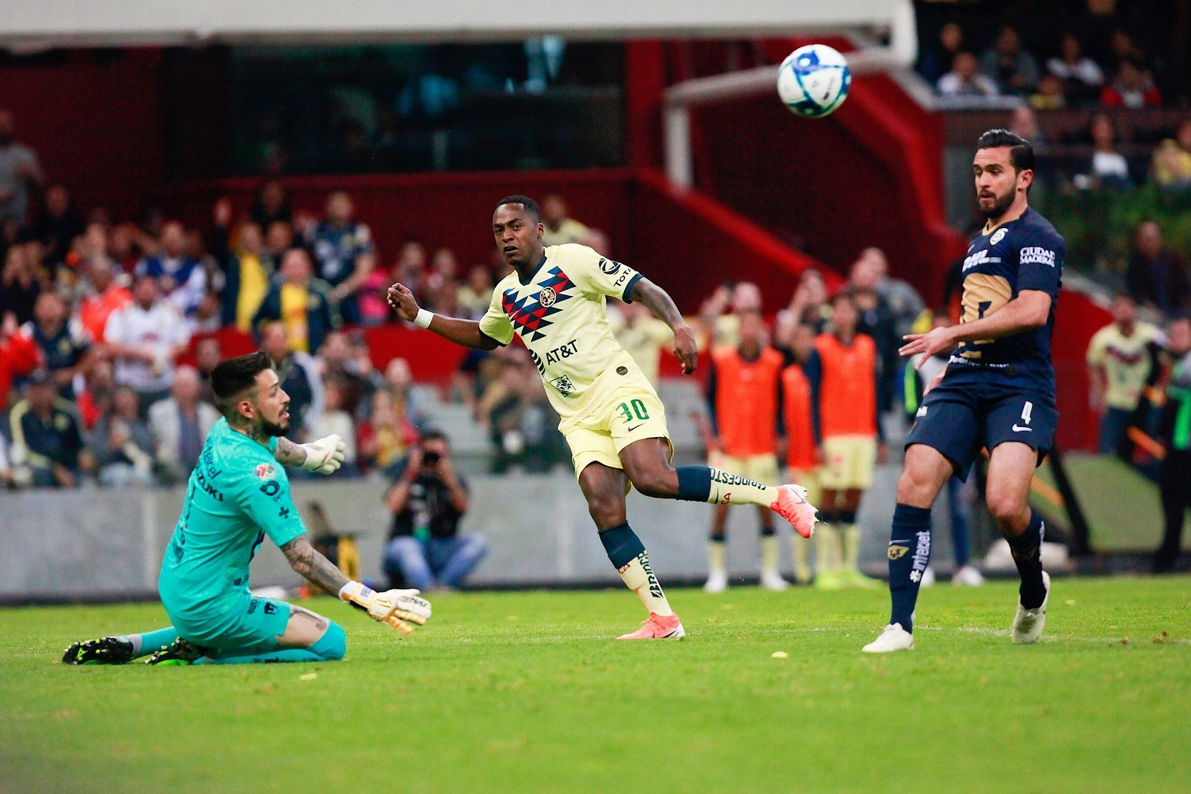 Pumas y América empatan con más pasión que futbol en el Estadio Azteca