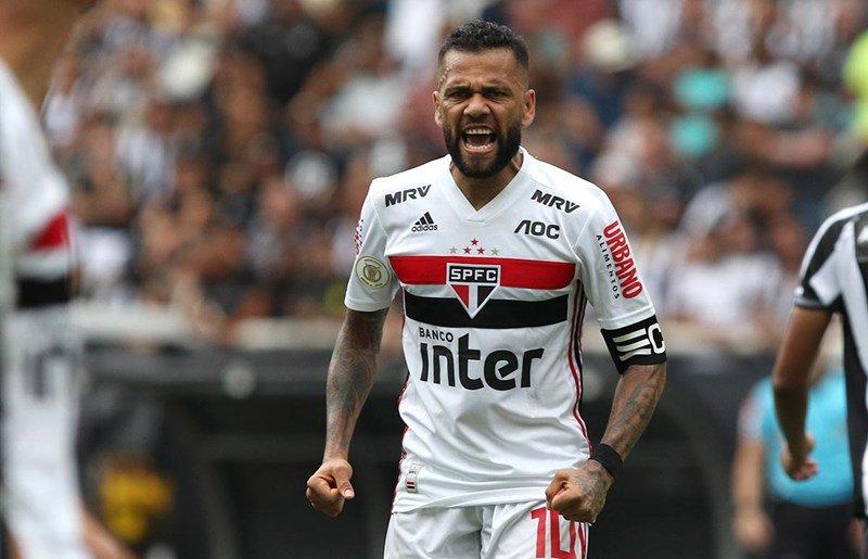 Dani Alves sufrió ataque de avispas durante un partido de Sao Paulo