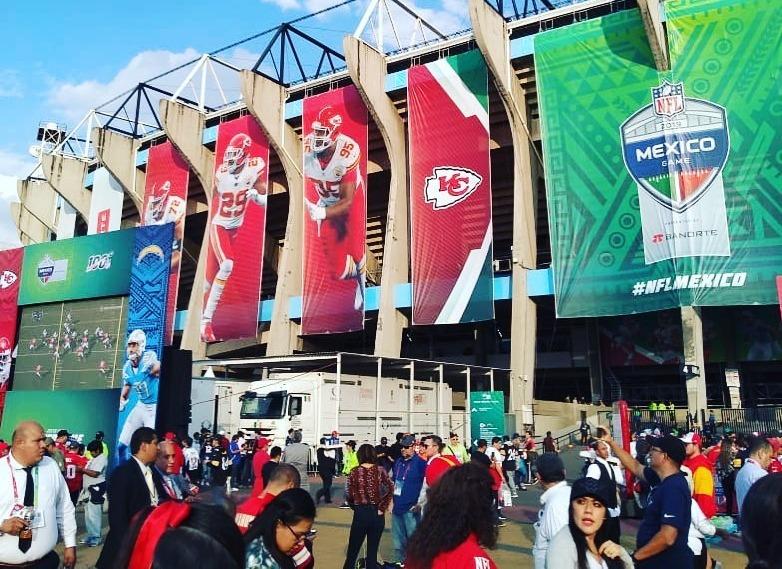 Aficionados de la NFL reportan asaltos en el Estadio Azteca