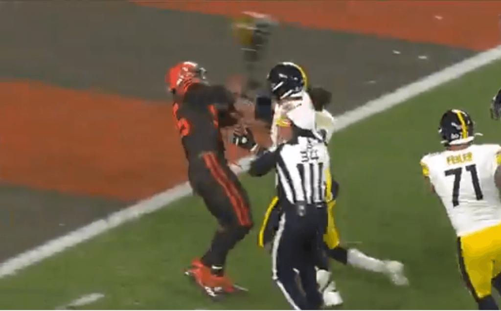 Myles Garret le quita el casco a rival e intenta golpearlo