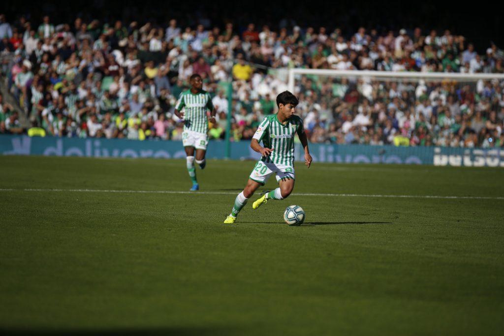 Diego Lainez sale entre aplausos en el partido del Real Betis