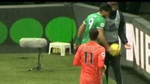 Raúl Jiménez se molestó con un balonero en el encuentro ante el Watford